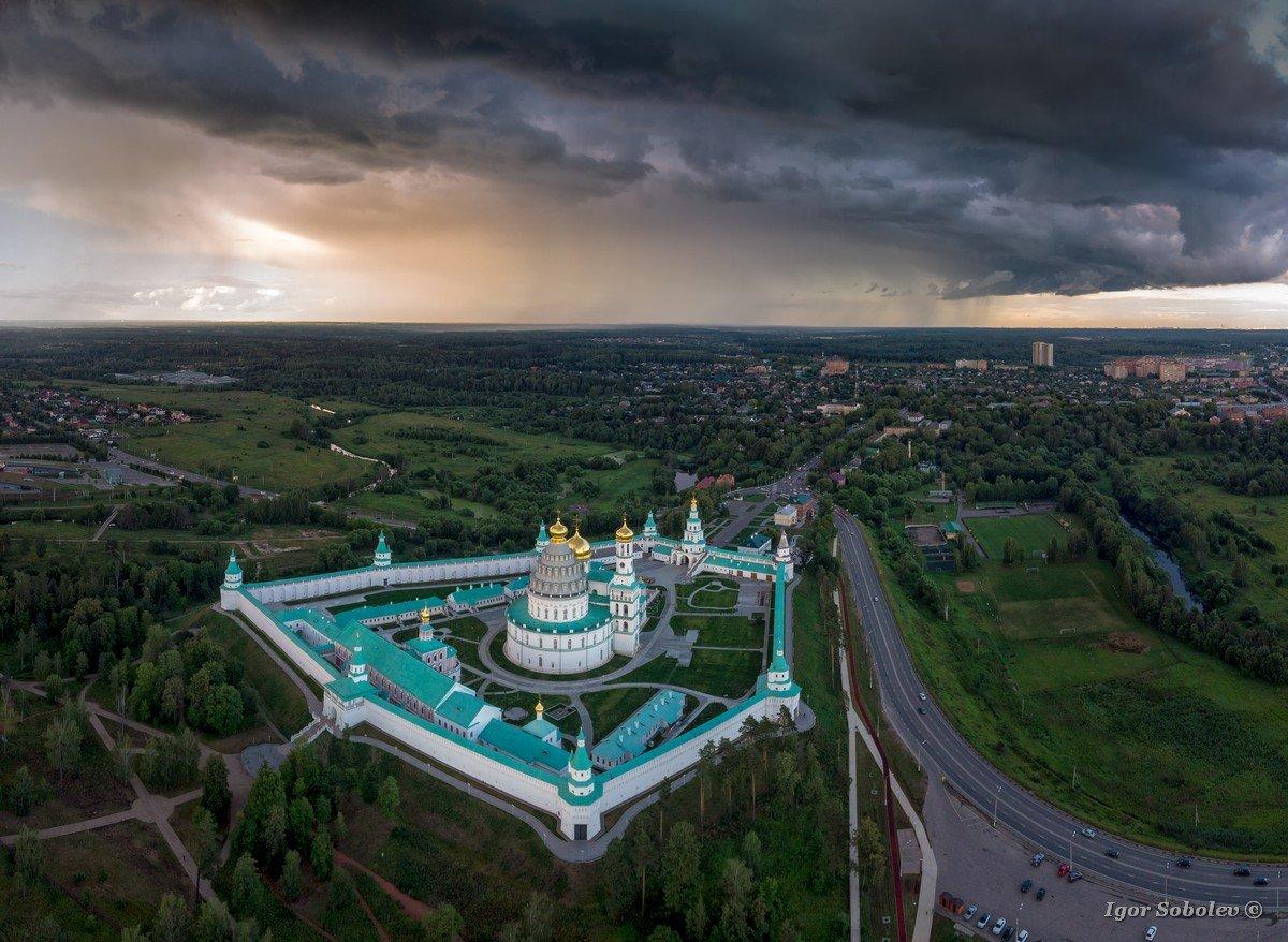 Новоиерусалимский монастырь в пасмурную погоду, вид сверху