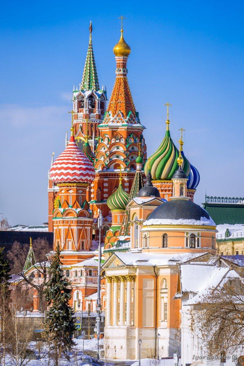 Церковь св. Варвары на фоне Кремля