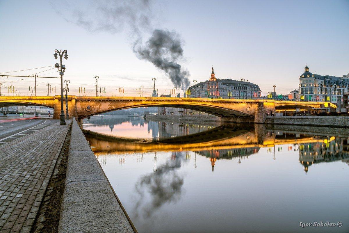 Bolshoi Moskvoretsky bridge in the morning