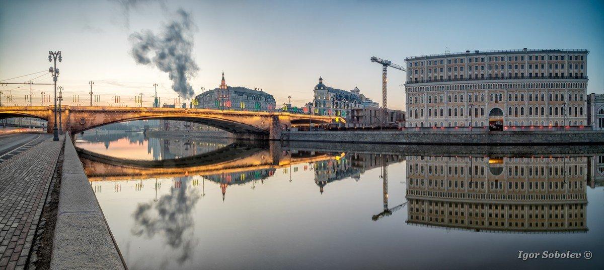 Bolshoi Moskvoretsky bridge and Sofia embankment in the morning