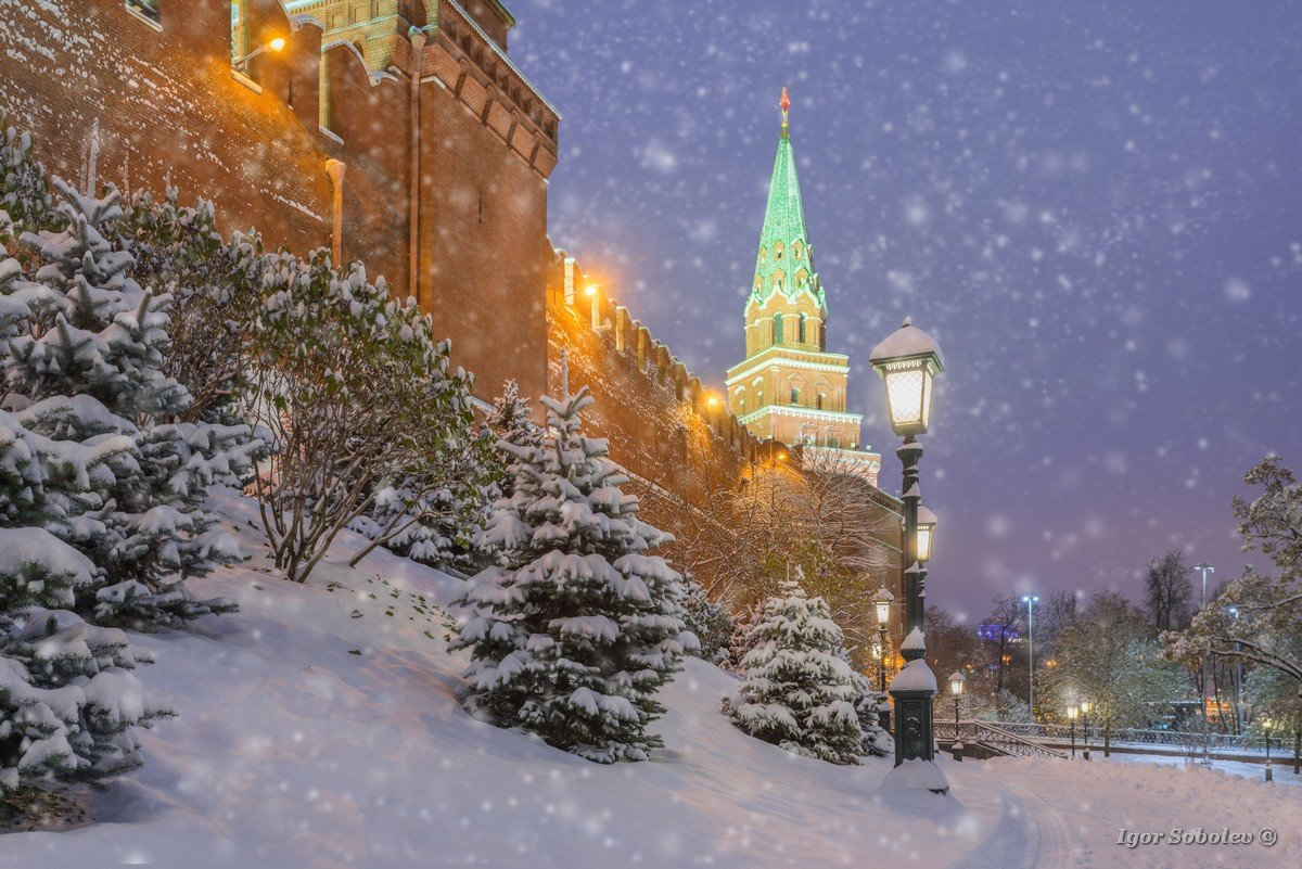 The snow at the walls of the Moscow Kremlin