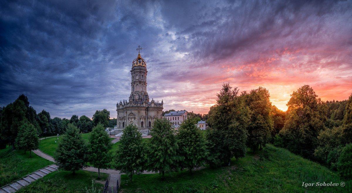 Церковь Знамения Пресвятой Богородицы в Дубровицах / Panorama Church of the Sign of the Blessed Virgin in Dubrovitsy at sunset