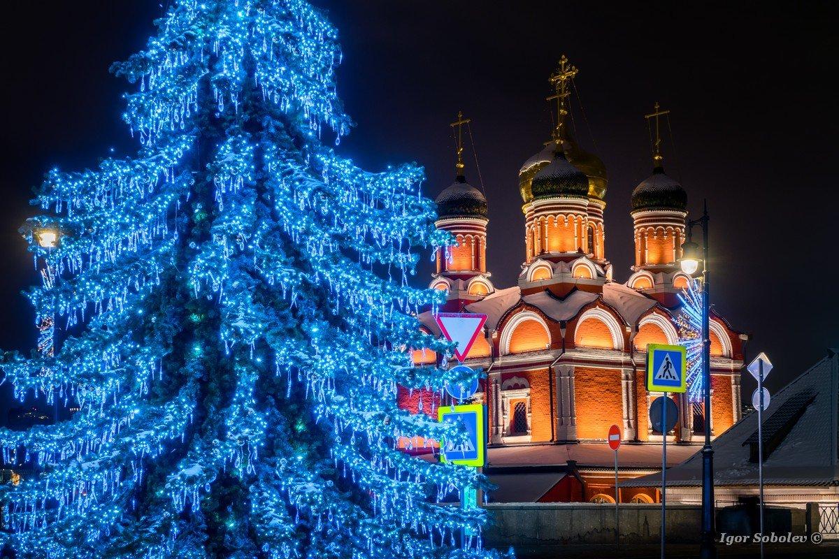 Znamensky Cathedral at Varvarka at winter night