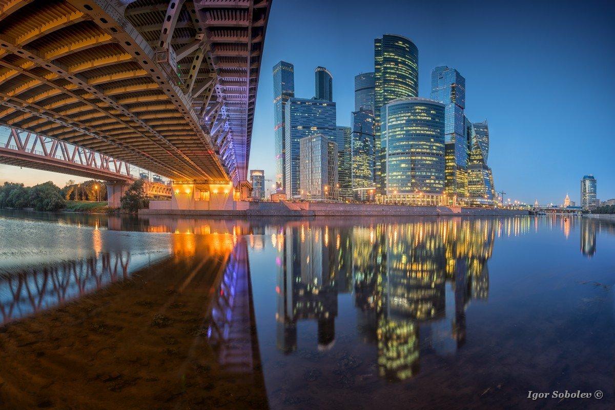 Отражение Москва-Сити ночью