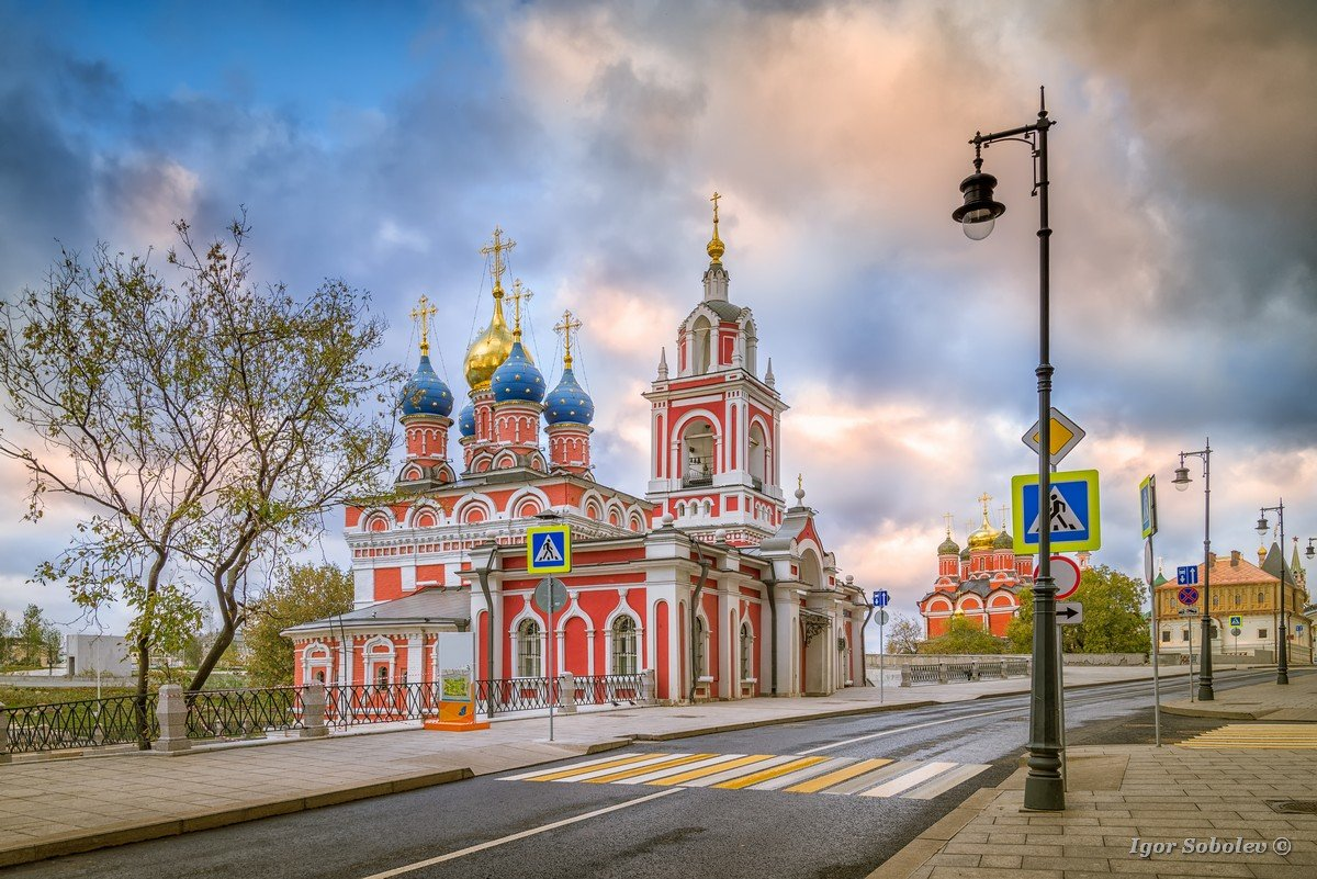 Morning view of the street Varvarka, St. George Church