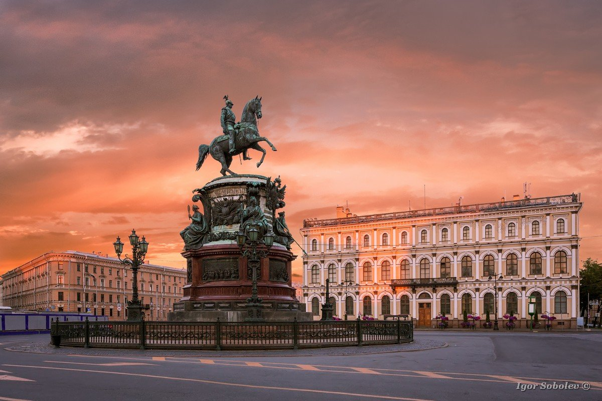 Monument to Nicholas 1 on St. Isaac's Square in St. Petersburg i