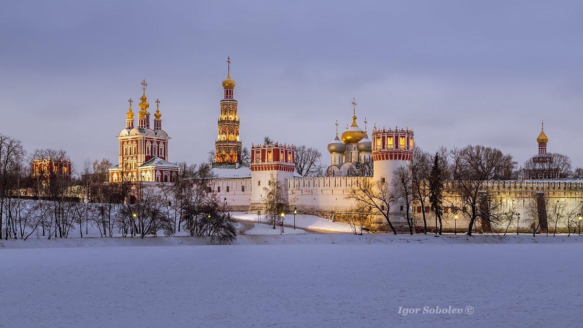 Новодевичий монастырь зимним вечером