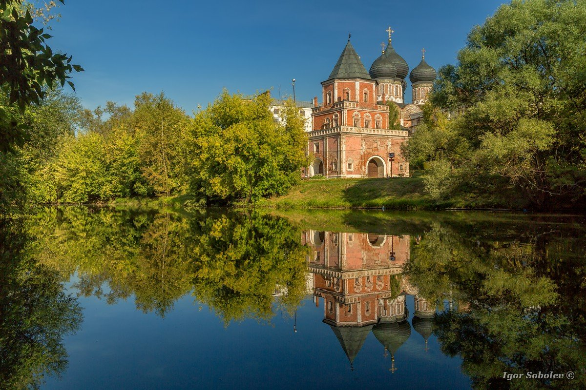 Reflection of the Intercession Cathedral in Izmailovo. Moscow