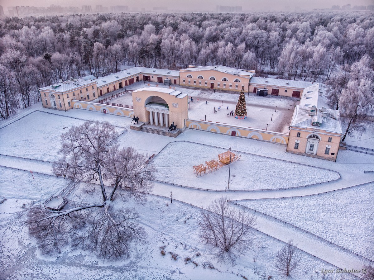 Здание конюшни в парке Кузьминки в Москве