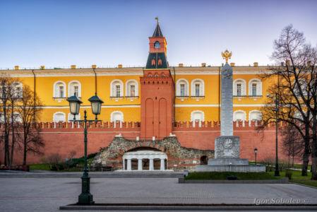 Романовский обелиск и Грот