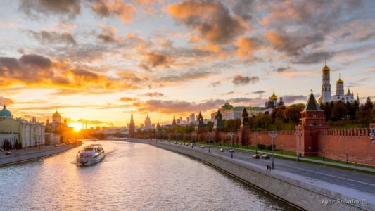 Panoramic view of the Moscow Kremlin with a boat on the Moskva R