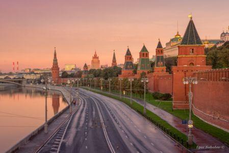 Кремлевская набережная утром