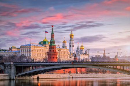 Красочный рассвет над Московским Кремлем