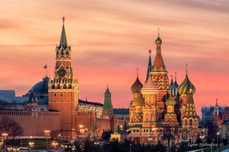Собор Василия Блаженного и Спасская башня Московского Кремля на закате