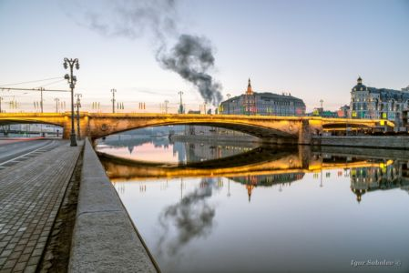 Bolshoi Moskvoretsky bridge in the morning