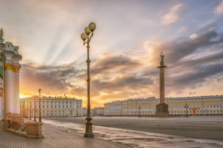 The Alexandrian Pillar and the Palace Square in St. Petersburg i
