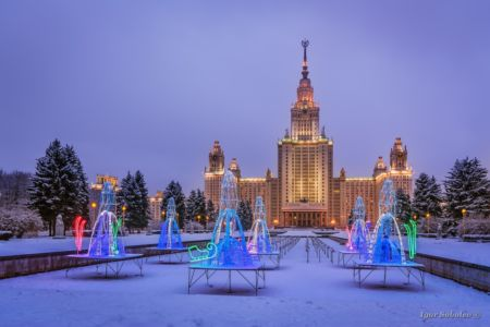 Новогодние украшения у главного здания МГУ зимним вечером