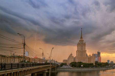 Гроза и молния около гостиницы Украина