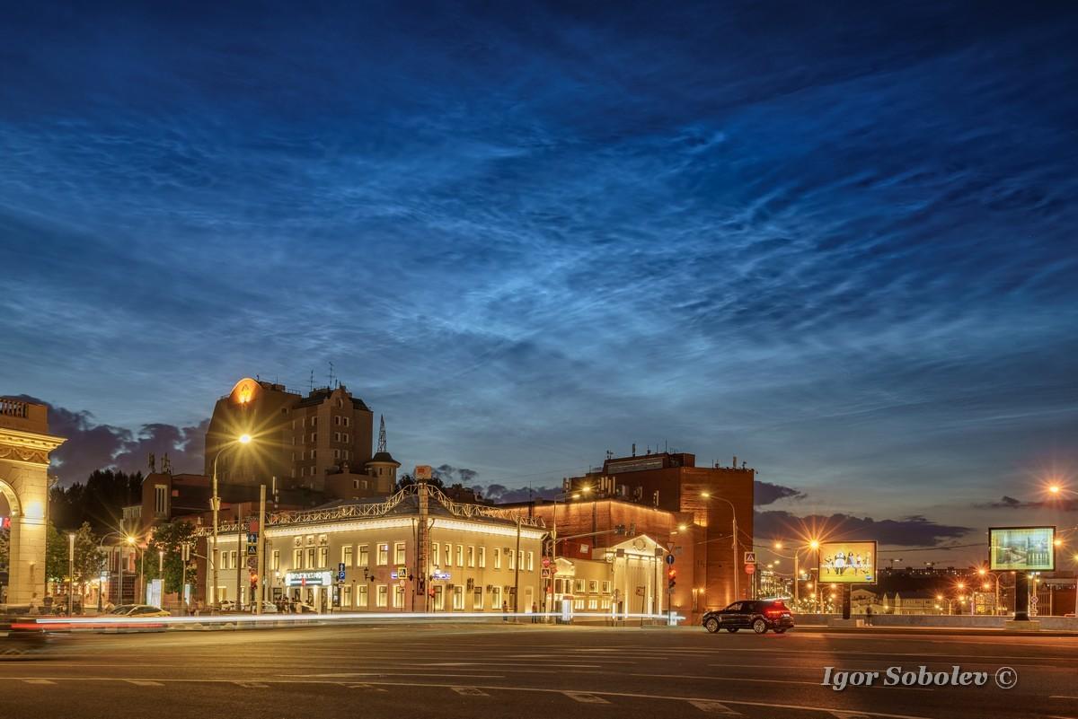 Серебристые облака над Москвой