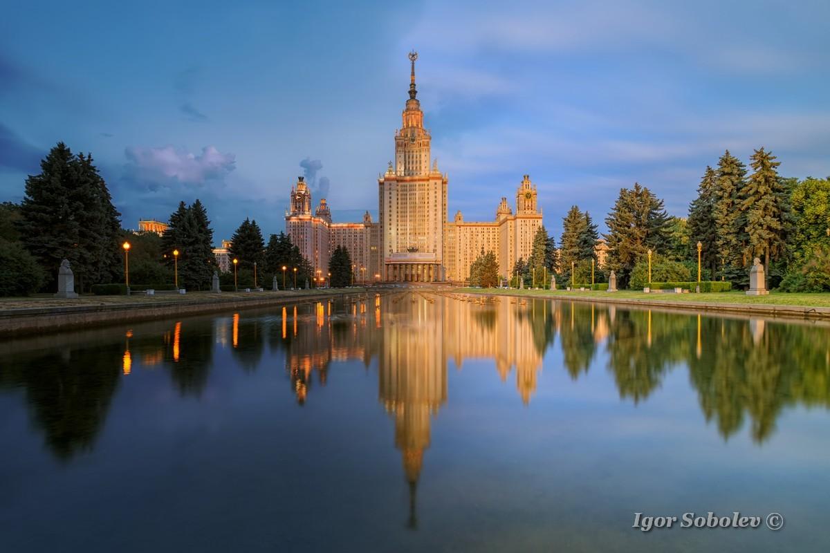 Главное здание МГУ вечером / The main building of Moscow State University at night