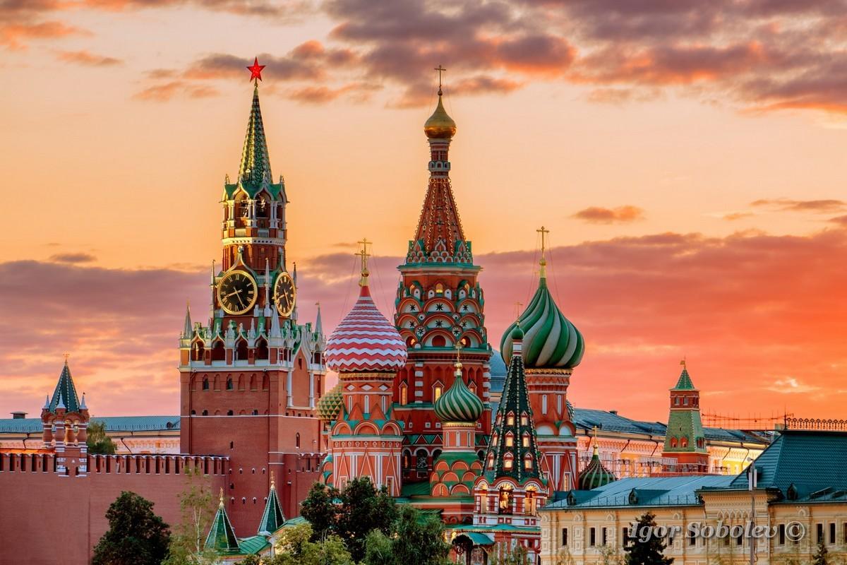 St. Basil's Cathedral and the Spassky Tower of the Moscow Kremlin at sunset / Собор Василия Блаженного и Спасская башня Московского Кремля на закате